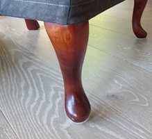 <b>TUNGE MØBLER:</b> Filtknottene slites. Sørg for at det er gode knotter under tunge stoler.