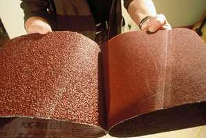 Et slipebånd er i prinsippet en rull med sandpapir. Start med det groveste, avslutt med det fineste.