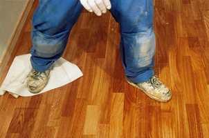 I stedet for å ligge på kne når oljen skal tørkes opp, kan du gjøre det ved å føre en lofri klut over gulvet med føttene.