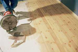 Hvitpigmentert olje på nyslipt gulv.
