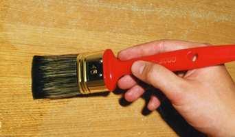 Mange tynne strøk med lakk gir et blankt og sterkt resultat.