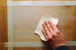 Slip bort skaden. Er det hakk i treverket kan dette utbedres med gulvleverandørens sparkelmasse.