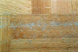 Hakk og små merker i gammel parkett kan slipes vekk og lakkeres flekkvis.