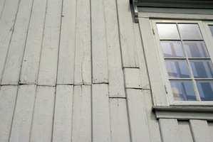 Panelbord må fjernes i fulle lengder for å unngå skjøter, ellers blir dette resultatet. Her har vann trengt inn i endeveden og forårsaket råteskader.<br/><a href='https://www.ifi.no//i-morgen-8-mai-vedlikehold-av-gamle-vinduer'>Klikk her for å åpne artikkelen: I morgen, 8. mai: Vedlikehold av gamle vinduer</a>