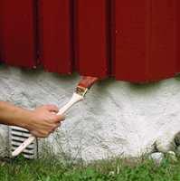 All endeved må mettes med maling eller beis. Det er enkelt ved bruk av en radiatorpensel.