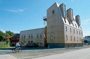 Massivtre-konstruksjonen ble satt opp på ti dager og skal være vedlikeholdsfritt. Arkene er høyloftede hybler med mulighet for hems.