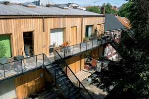 En god del av bakgårdsbebyggelsen i området er mer eller mindre intakt. Sidefløyen til høyhuset integrerer seg med omgivelsene på en moderne måte.
