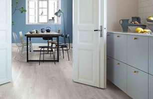 Med tremønster på gulvet kommer hyggen inn på kjøkkenet. Det er mange ulike veier å gå for å få trelooken du ønsker.