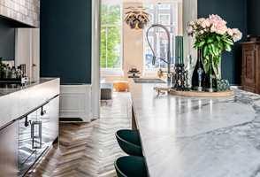 <b>TREND OG TRADISJON:</b> I den lekre leiligheten i Nederland møtes trend og tradisjon. Marmoren på kjøkkenet matcher de gamle marmorflisene i gangen. Veggene på kjøkkenet er malt med Licetto i fargen Steel Blue.