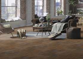<b>RUST:</b> Gulvet er det største møbelet i rommet og avgjørende for stil og atmosfære. Rigid LVT fra Gerflor med overflate ala rustent cortenstål.
