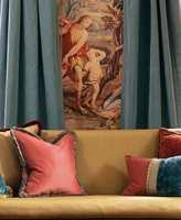 <b>BLANK:</b> Blanke tekstiler er fint som kontrast til matte flater og grove teksturer. Lange gardiner i fyldige folder bidrar til å dempe romklang og skaper volum. Tekstilene er Lewis and Wood fra Green Apple.