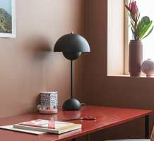 <b>MALING:</b> Med matt maling får veggene et lunere og mykere preg enn en blankere maling ville gitt. Det matte framheves og virker mer taktilt i kombinasjon med møbler i helblank maling. Veggen malt med Butinox Interiør Stue & Sov farge Frappe, bordet i Bengalack farge Årgang.