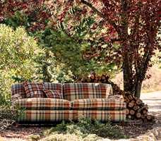 <b>RUTER:</b> Tekstiler i myk ull er på vei inn og opp både som møbelstoff og gardiner. Ruter i ull er perfekt for en varm og rustikk atmosfære. Tekstil Elysian/Sanderson fra Intag.