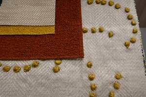 <b>TAKTILT:</b> Lag på lag med myke tekstiler med grovvevet struktur gir et avslappet preg. Legg merke til bouclestoffet som er på full fart tilbake. Tekstiler fra Nobilis og Intag.