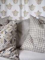 Alle typer gråtoner tilhører fargetrenden for 2007. Her tekstiler med blokktrykk. (Intag)