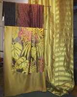Skinnende tekstiler - med store blomsterinnslag. En blandingskvalitet av lin, bomull, silke og akryl. (Intag)