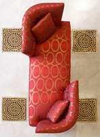 Møbel med den litt skinnende effekt på stoffene. Store mønstringer. (Intag)