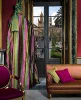 Klassisk italiensk er moderne - her med tekstil matchende med møbelstoffer. Lilla, eller purpur, er en trendfarge. (Intag)