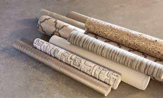 Lunt og røft: På veggen har man tapeter som ser og føles ut som tekstiler.