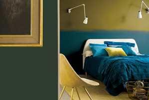 Mørke hovedfarger i et rom, kan med fordel kombineres med lyse aksentfarger. Grønnfarge fra Nordsjö Colour of the Year, trendretning Dark & Light.