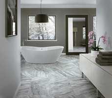 <b>MARMOR:</b> Marmor er et tidløst materiale som oser av eksklusivitet. Med keramiske marmorfliser får du et lettstelt gulv.