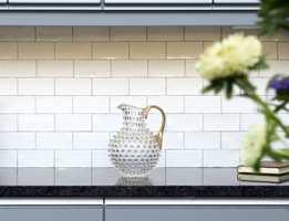 <b>KLASSISK:</b> Til det landlige kjøkkenet passer klassiske fliser perfekt. Dette er en trend som ikke går av moten.
