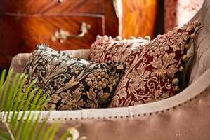 Enten du skal kjøpe puter eller sofa nå om dagen, møter du spørsmålet om du vil ha velur. Det er det mest trendy tekstilet for tiden. Vi tok turen til Intag for å se nærmere på det myke stoffet.