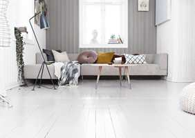 Du kan male veggene alt du orker, men om gulvet er feil, blir helheten uansett feil. Er gulvet i god stand, er det heldigvis ikke nødvendig å bytte det. Da kan atmosfæren i stedet reddes ved hjelp av ny farge. Det er overraskende raskt og enkelt å få et «nytt» gulv ved hjelp av et spann eller to med maling. I løpet av en helg er jobben gjort!