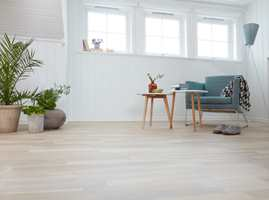 Ferdig behandlet med pigmentert olje i fargen Hvit Sne og matt lakk, er gulvet så godt som nytt.