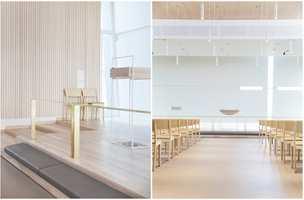 <b>GRINILUND KIRKE:</b> Innredningen er tilpasset byggets nøkterne arkitektur med et lyst og luftig uttrykk. Interiøret er solid og varig med hvitoljet ask, hvitlakkert stål og messing. I korpartiet er det løse kneleputer i lær. Interiøret er formet av Nyfelt og Strand AS.