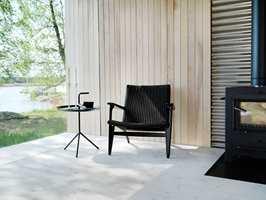 <b>KOMBINASJONER:</b> trematerialer tar natur inn i interiøret på en sofistikert måte, og det kler godt å stå mot moderne former og materialer med harde og kalde overflater. Panel og heltregulv i furu er fra S Wood.