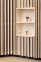 <b>TRESPILER</b> er populært og brukes til tak og vegger, og myker opp stramme uttrykk og demper akustikk i moderne boliger og offentlige miljø. Trespilene er fra S Wood.