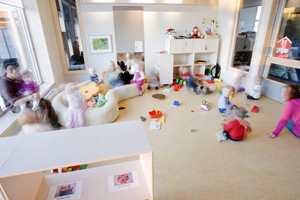 Trommelyder oppstår ved harde og halvharde gulvmaterialer, og kan være plagsomt for bl.a. kontorpersonale i åpne landskap, barn og personale i baseskoler og store barnehager, og restaurantgjester og -ansatte.
