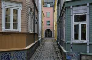 <b>BRATTØRVEITA:</b> Fargenes variasjon hjelper på orienteringen og opplevd romlighet i de trange veitene i Nerbyen, og gir en særegen atmosfære typisk for gamle Trondheim.
