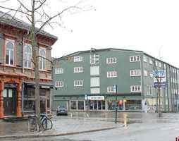 <b>BRYGGE I FJORDGATA:</b> Grønn kledning og hvite vinduer og porter avviker fra regelen om at store bygningsvolum bør være noe lysere og ha lavere kulørthet.