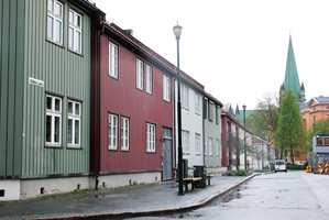 <b>HARMONI:</b> Variasjon mellom røde, grønne, hvite og okergule farger i St. Jørgensveita. I bakgrunnen troner Nidarosdomen.