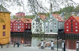 <b>KONGENS ALLMENNING</b> i Kjøpmannsgata og Nidelva. I bakgrunnen av bryggene skimtes Bispehaugen skole.