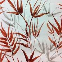 <b>TROPISK:</b> Tropiske blomster og planter er høyaktuelle. Denne varianten er uten blomst, men det håndmalte looket er der og fargen er høyaktuell. Tapetet Tropicana føres av Fantasi Interiør.