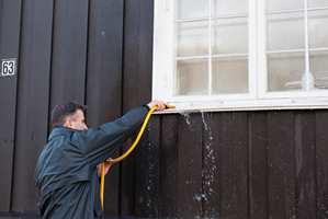 Rengjøringskjemikaliene som du bruker til å vaske fasaden, kan etse på vindusglass og aluminimprofiler. Derfør bør vinduene holdes våte.
