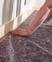 <b>SMAL ELLE BRED:</b> Det finnes maskeringstape i ulike bredder. Det kan være greit å vite når du skal tape dekkfilt eller papir på gulvet. Men pass på å ikke tape på lakkerte gulv.  (Foto: Robert Walmann/ifi.no)