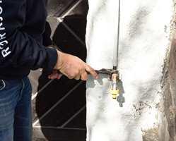 <b>FROSTSKADE:</b> Før du skrur på vannet ute, må du sjekke at rør og kran ikke har gått i stykker i løpet av vinteren.