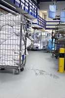 <b>R-SKALA: </b>I lokaler for lett industri, storkjøkken, verksteder og vaskerier der det kan forekomme vannsøl på gulvet, er det viktig at gulvet ikke blir glatt. Belegg som oppfyller klasse R12 kan med fordel brukes.  (Foto: Forbo Flooring)