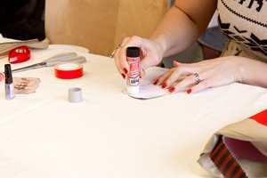 Limstift er praktisk og enkelt å bruke.
