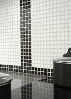Det er enkelt å lage mønster når man bruker glassmosaikk. Bruker du fugemasse i en farge får du helt enkelt et rutemønster.