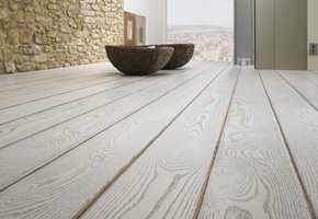 Ønsker du et moderne gulv, men i gammel stil? Nå er det mulig å få ferdigbehandlede gulv med et vintage-preg i flere mørke og lyse varianter.