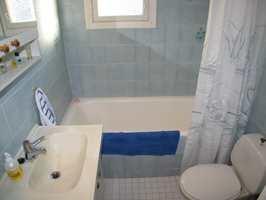 Det gamle badekaret tok mesteparten av plassen i det lille badet.