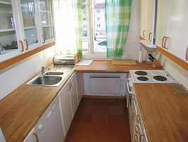 Kjøkkenet er lite og kompakt og trengt en liten oppfriskning. Spesielt var gulvet stygt, med delvis løse korkfliser. Med klare glassdører kunne det fort virke ganske rotete.