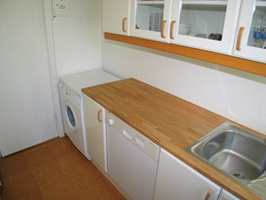 Bak stuedøren er det praktisk plassering av vaskemaskin, men veggen over var ikke utnyttet.