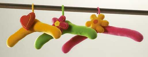 Nydelige vatterte kleshengere pyntet med blomster.