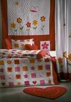 Hjerteformet gulvteppe med matchende puter, dynetrekk og sengeteppe. Sengeteppet kan gjerne henges på veggen.